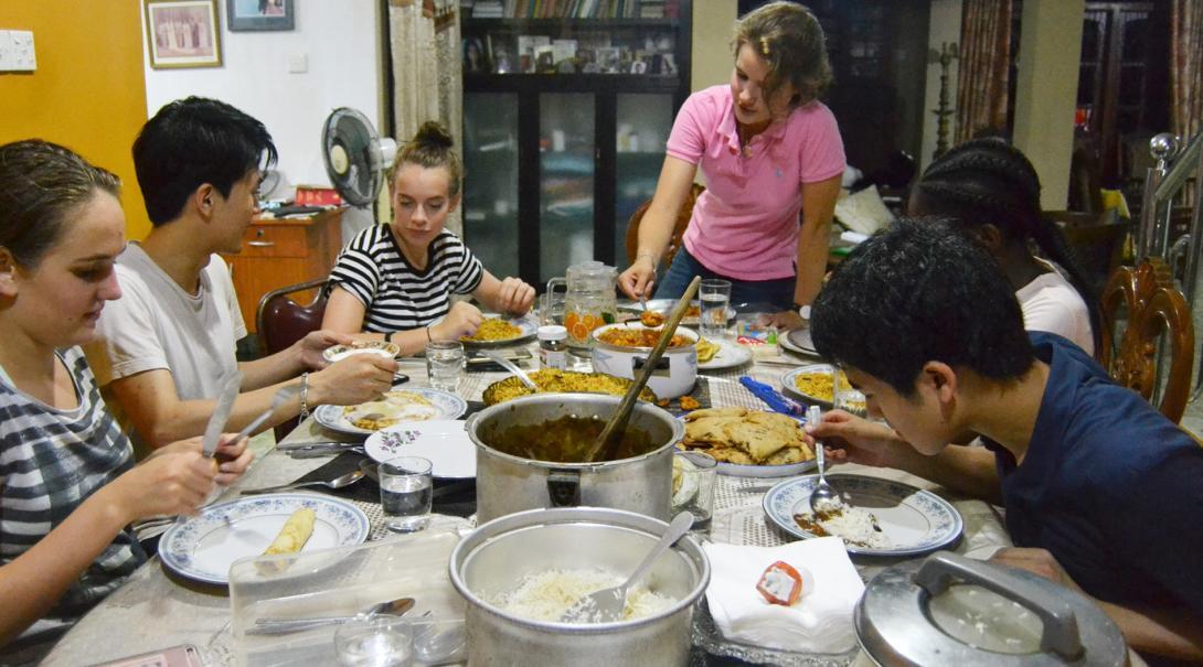 郷土料理を楽しむ高校生ボランティアたち